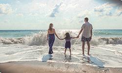 photographie representant une famille en bord de plage