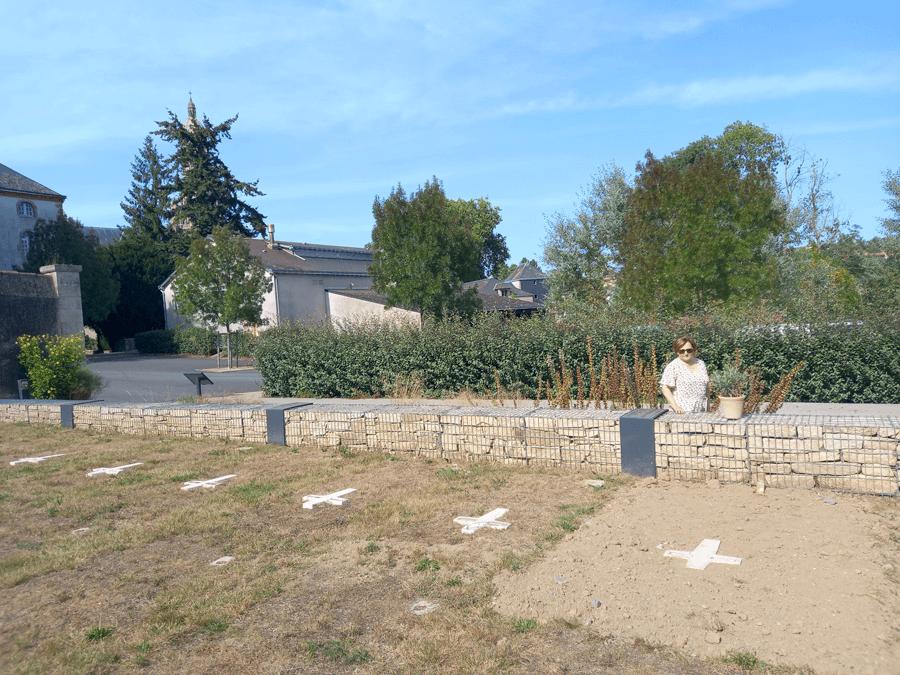 Des fidèles viennent se recueillir dans le cimetière au bord de la Sèvre nantaise